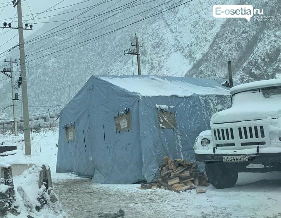 Спасатели Северной Осетии создают условия для водителей, застрявших на Ларсе из-за снегопада  , фото-2