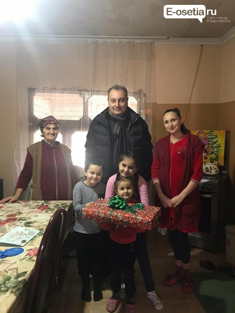 Елка желаний, Тамерлан Гогичаев подарил девочке ноутбук в рамках акции «Елка желаний»